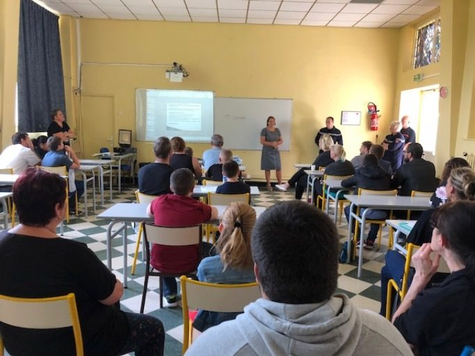 élèves en classe collège Saint Jacques